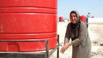 Syrisk kvinne vasker hendene under koronapandemien.