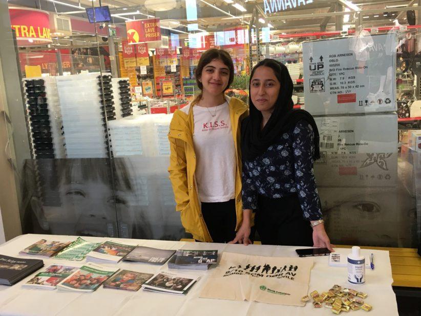 Leen Badr og Shaqayeq Noori pa stand den internasjonale flyktningdagen
